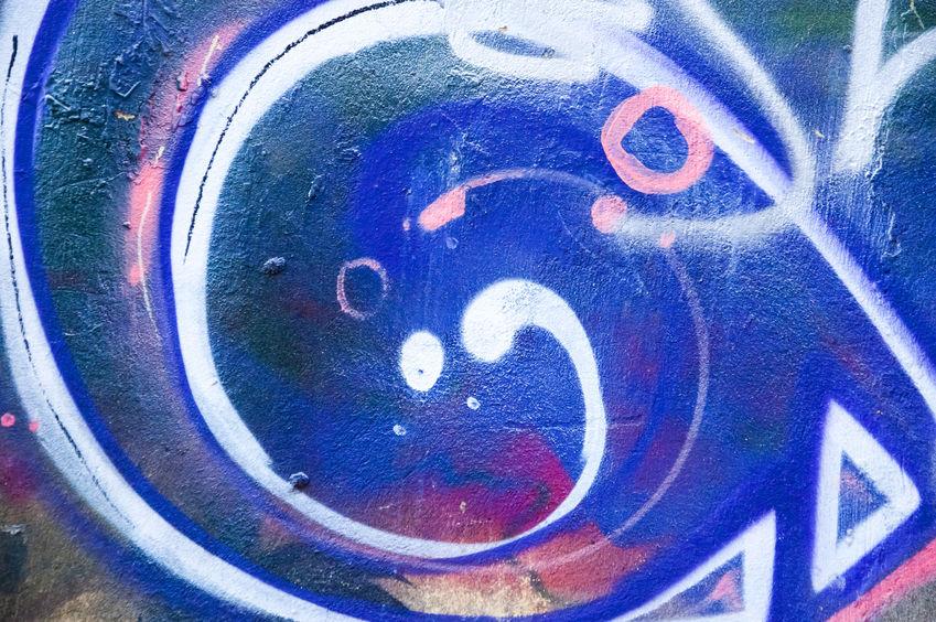 graffiti nám zničili fasádu